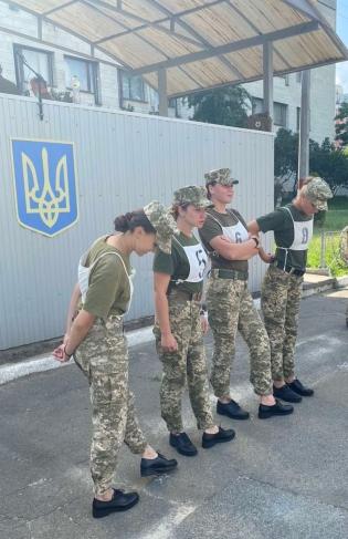 Парад до Дня незалежності України : розробка нової моделі взуття для жінок-військовослужбовців Міноборони України